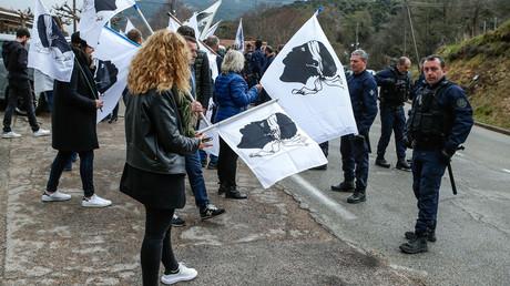 Routes bloquées, Gilets jaunes, lycées paralysés : la délicate visite de Macron en Corse