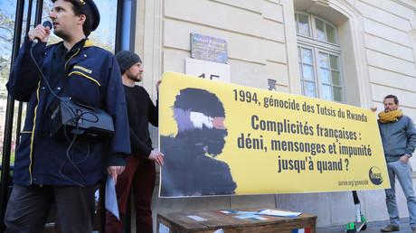 Les membres de l'association Survie déploie une banderole portant la mention «1994, génocide des Tutsis de 1994 du Rwanda, complicité française, déni, mensonges et impunité, jusqu'à quand ?», le 4 avril 2019 à Paris (image d'illustration).