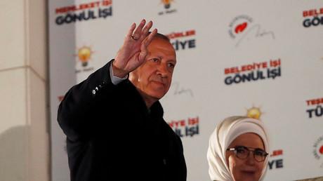 Le président turc Recep Tayyip Erdogan et sa femme saluent des soutiens à Ankara en Turquie le 1er avril 2019.