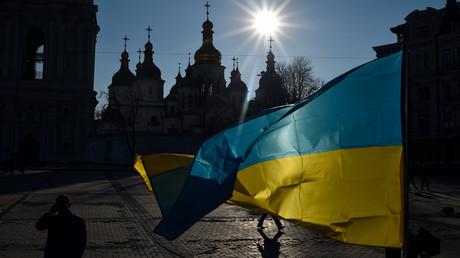 Drapeau ukrainien devant la cathédrale Sainte Sophie à Kiev.