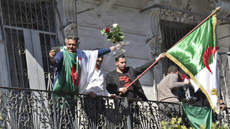 Rachid Nekkaz à un balcon d'Alger le 1er mars 2019 (image d'illustration).