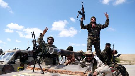 Des soldats de l'ANL du général Haftar partent de Bengazi en direction de Tripoli, le 7 avril 2019.