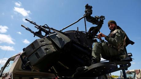 Un soldat de l'Armée nationale libyenne (ALN) participe depuis Benghazi à l'offensive menée par le maréchal Khalifa Haftar vers l'ouest, le 7 avril 2019.