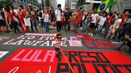 Des partisans de l'ex-président brésilien Luiz Inacio Lula da Silva prennent part à une manifestation marquant le premier anniversaire de son arrestation, à São Paulo, le 7 avril 2019.