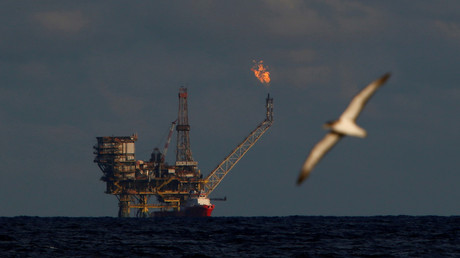 Vue de la plate-forme pétrolière du gisement de Bouri à 70 milles marins au nord de la côte libyenne (photo prise le 3 avril 2019).