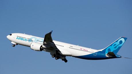 Un Airbus A330neo décolle du centre de livraison de l'avionneur européen à Colomiers près de Toulouse, le 20 mars 2019.