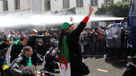 Les forces de l'ordre font usage de canon à eau lors d'une mobilisation d'étudiants à Alger le 9 avril 2019.