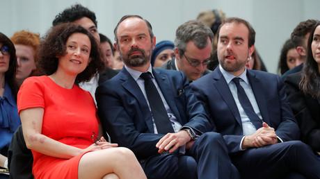 Edouard Philippe, aux côtés de la secrétaire d'Etat à l'écologie Emmanuelle Wargon et du ministre chargé des Collectivités territoriales Sebastien Lecornu, lors de la restitution du grand débat le 8 avril 2019.
