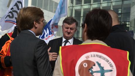 Augustin de Romanet (au centre) responsable du groupe ADP (Aéroports de Paris) écoutant des manifestants avant l'arrivée du ministre français de l'Economie, Bruno Le Maire, au siège d'ADP, à Tremblay-en-France près de l'aéroport de Roissy le 13 juin 2018.