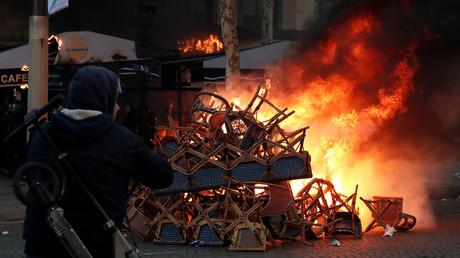 Chaises en feu lors d'une manifestation des Gilets jaunes le 16 mars 2018.