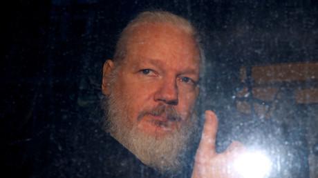 Le lanceur d'alerte Julian Assange juste après avoir été arrêté dans l'ambassade de l'Equateur à Londres, le 11 avril.
