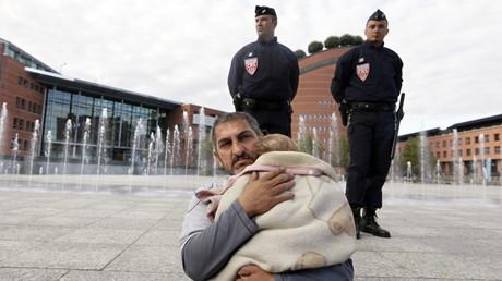 Après l'évacuation d'un campement à Evry en Essonne, des familles roms attendent une solution en se massant devant l'hôtel de ville (image d'illustration).