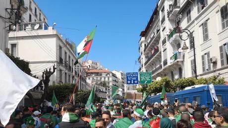 Des manifestants à Alger, le 12 avril.