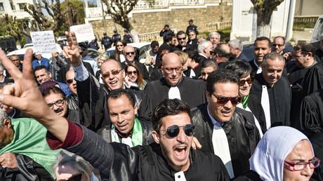 Des magistrats algériens manifestent devant le ministère de la Justice à Alger pour exprimer leur refus de superviser la prochaine élection présidentielle prévue le 4 juillet prochain.