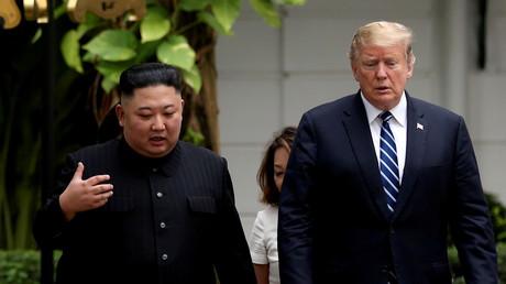 Le président américain Donald Trump et le président nord-coréen Kim Jong Un discutent à l'occasion du deuxième sommet entre les Etats-Unis et le Corée du Nord, à Hanoï, le 28 février 2019.