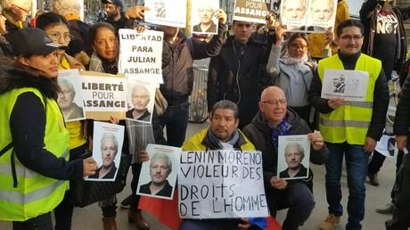 Rassemblement en soutien à Julian Assange à Paris devant le siège du Monde (IMAGES)
