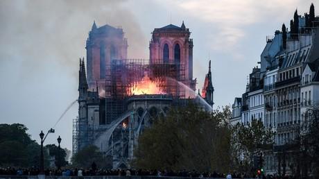 Cathédrale en flammes, flèche qui s'écroule : les images fortes de l'incendie de Notre-Dame de Paris