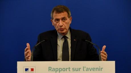 L'ancien dirigeant d'Air France et d'Air France-KLM, Jean-Cyril Spinetta, prend la parole lors de la présentation de son rapport sur l'avenir du transport ferroviaire au ministère des Transports à Paris le 15 février 2018.