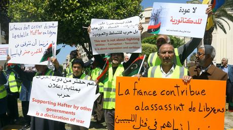 Des Gilets jaunes libyens protestent à Tripoli contre le soutien de Paris au maréchal Haftar, le 16 avril 2019.