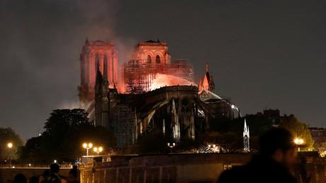 La lutte acharnée des pompiers contre l'incendie de Notre-Dame de Paris en images insolites