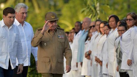 Le premier secrétaire du Parti communiste cubain, Raul Castro, accompagné du président Miguel Diaz-Canel, lors des célébrations du 60ème anniversaire de la révolution, le 1er janvier 2019, à Santiago de Cuba (image d'illustration).