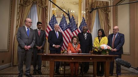 La présidente de la Chambre des représentants, Nancy Pelosi, ratifiant le projet de loi mettant fin à l'implication américaine dans la guerre au Yémen, le 9 avril 2019 à Washington.