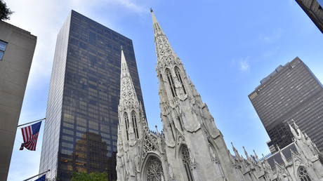 New York : un homme avec des bidons d'essence arrêté à la cathédrale Saint-Patrick