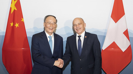 Le vice-président chinois Wang Qishan (à gauche) serre la main du président suisse Ueli Maurer lors de la première réunion de haut niveau sino-suisse à Zurich, en Suisse, le 21 janvier 2019.