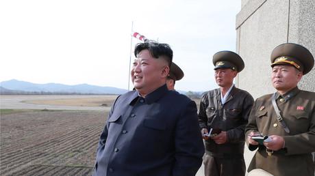 Le président nord-coréen, Kim Jong Un, le 16 avril 2019, observant un exercice militaire aérien dans un lieu inconnu (image d'illustration).