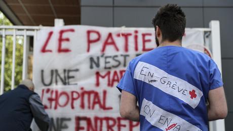 Des grévistes manifestent devant l'hôpital de la Pitié-Salpêtrière à Paris le 15 avril.