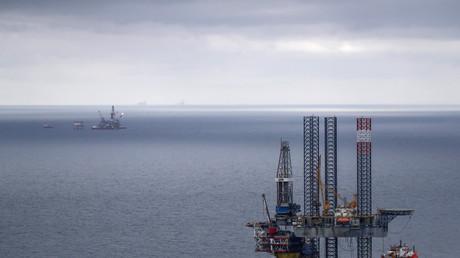 Plates-formes de forage exploitées par Loukoil, premier producteur russe de pétrole, sur le gisement de Korchaguina en mer Caspienne, (photo prise le 14 avril 2019).