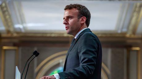 La popularité d'Emmanuel Macron remonte légèrement en avril