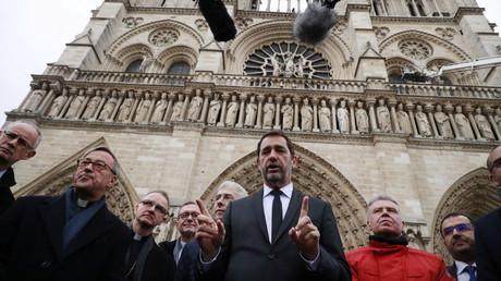 Christophe Castaner parle à la presse sur le parvis de Notre-Dame de Paris, 16 avril 2019 (image d'illustration).
