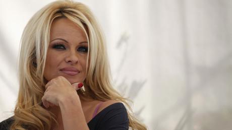 «Qu'en est-il des sans-abri ?» : Pamela Anderson tacle les dons des milliardaires pour Notre-Dame