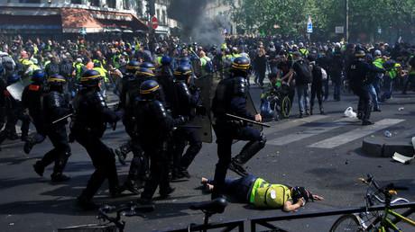 Tensions entre les forces de l'ordre et les manifestants lors de l'acte 23 des Gilets jaunes, à Paris, le 20 avril.