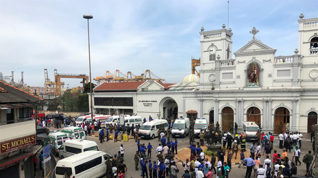 La police monte la garde devant l'église de Saint Antoine, à Kochchikade, à Colombo, au Sri Lanka, ce 21 avril.