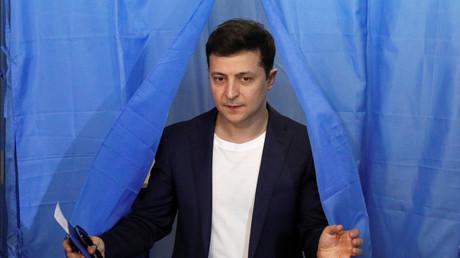 Volodymyr Zelensky le 21 avril 2019 à la sortie de son bureau de vote à Kiev en Ukraine.