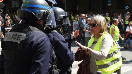 Une Gilet jaune dialogue avec un agent des forces de l'ordre à Bordeaux, pendant l'acte 23 du mouvement (image d'illustration).