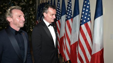 L'ambassadeur de France Gérard Araud (centre), ici avec son compagnon, le photographe Pascal Blondeau.