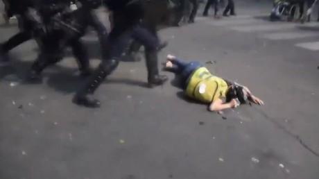 Une Gilet jaune d'Amiens matraquée dans le dos pendant l'acte 23 porte plainte (VIDEO)