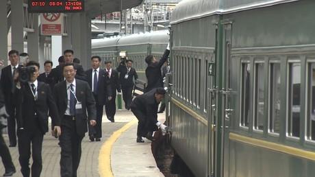 Des gardes du corps de Kim Jong-un nettoient son train en mouvement alors qu'il arrive à Vladivostok