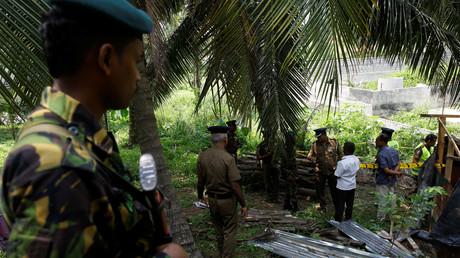 Des enquêteurs sur le site de l'explosion s'étant produite derrière un tribunal de la ville de Pugoda, à 40 kilomètres de Colombo, le 25 avril 2019 (image d'illustration).