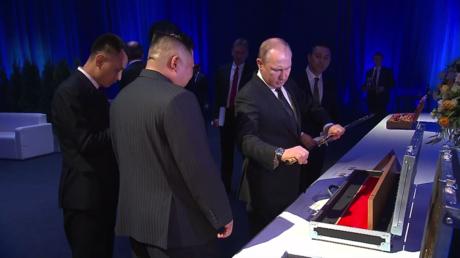 Échange d'épées : Vladimir Poutine et Kim Jong-un se sont offert des armes de prix