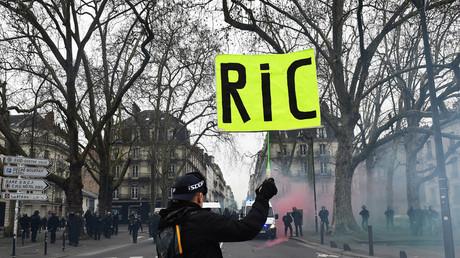 Dans les rues de Nantes, le 29 décembre 2018, un manifestant brandit un panneau en faveur du RIC (image d'illustration).