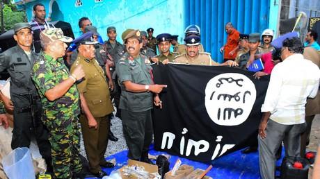Le personnel de sécurité inspectant les articles saisis lors de la descente effectuée dans la ville de Kalmunai, dans l'est du pays, le 26 avril 2019. Quinze personnes, dont six enfants, ont trouvé la mort lors du raid des forces de sécurité sri-lankaises.
