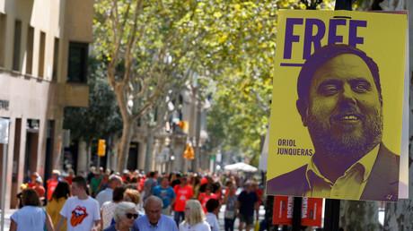 Dans les rues de Barcelone devant une affiche du vice-président catalan Oriol Junqueras, détenu en attente de son procès (image d'illustration).