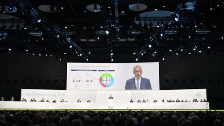 Le directeur général du géant allemand de la chimie Bayer, Werner Baumann, prononce un discours lors de l'assemblée générale annuelle du groupe à Bonn, en Allemagne, le 26 avril.