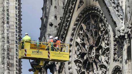 Des ouvriers sécurisent la cathédrale de Notre-Dame, le 29 avril 2019.