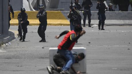 Affrontements entre militaires, coups de feu, gaz lacrymogènes : le Venezuela sous tension (VIDEOS)