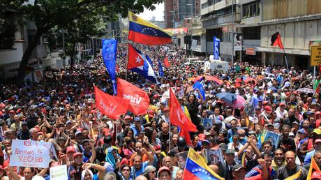 Répondant à l'appel de Nicolas Maduro, des Vénézuéliens se sont rassemblés devant le palais présidentiel à Caracas, le 30 avril 2019.